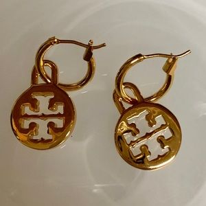 TORY BURCH GOLD PLATE DANGLE TT HOOP EARRINGS NWOB